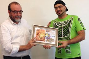 Ricardo Gomes (MSO Eurogames World Champion) gives the Quina d'Ouro 2016 prize for the boardgame <em>Auf den Spuren von Marco Polo</em>