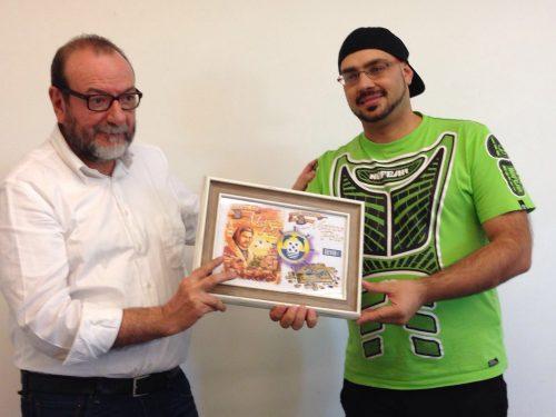 Ricardo Gomes (campione mondiale di Eurogames) consegna il premio Quina d'Ouro 2016 per il gioco Auf den Spuren von Marco Polo